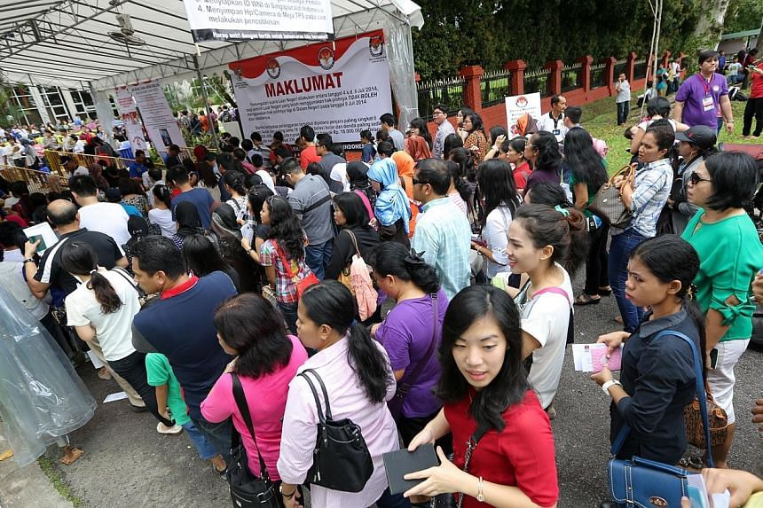 The line to get into the Indonesian embassy to place their votes. -- ST PHOTO: ONG WEE JIN