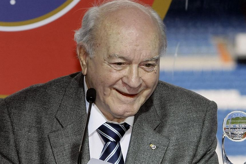 Real Madrid great Alfredo Di Stefano delivers a speech after receiving a special president's award during his tribute at Madrid's Santiago Bernabeu stadium in this February 17, 2008 file photo. Alex Ferguson lead the British tributes to Alfredo Di St