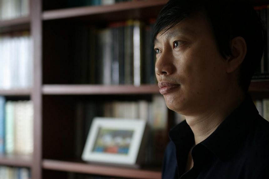 """Poet and critic Gwee Li Sui, who pulled out of his panel for NLB's Read! Singapore initiative, said he would """"wait a while for wounds to close up properly"""" before working with the board again. -- ST PHOTO: ONG WEE JIN"""