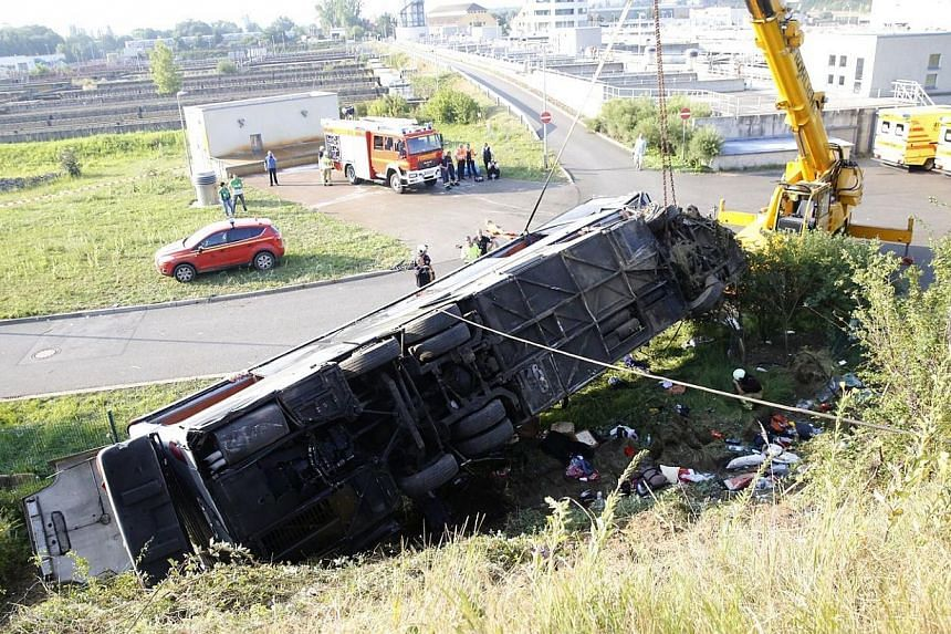 A crashed bus lays near the A4 motorway linking Poland and Germany near the Neustadt district in Dresden, eastern Germany on July 19, 2014. -- PHOTO: AFP