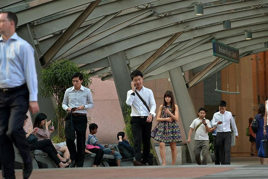 Office workers in the Central Business District. Bosses are keen to make changes at the workplace to help their staff better manage work and personal demands but introducing such flexi-time arrangements can be tricky, say experts. -- PHOTO: ST FILE
