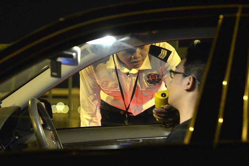 The traffic police on a drink driving enforcement drive on the 24th July night at Nicoll Highway. -- ST PHOTO:DESMOND FOO