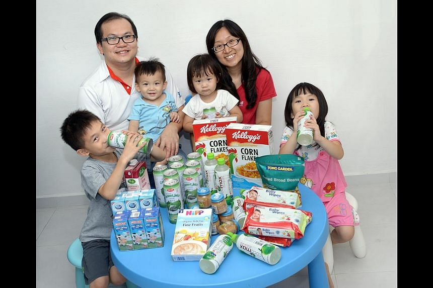 Lecturer Joshua Low, with his wife Jaclyn and their children (from left) Joash, Joram, Jaide and Jayna, buys groceries online. -- ST PHOTO: LIM SIN THAI