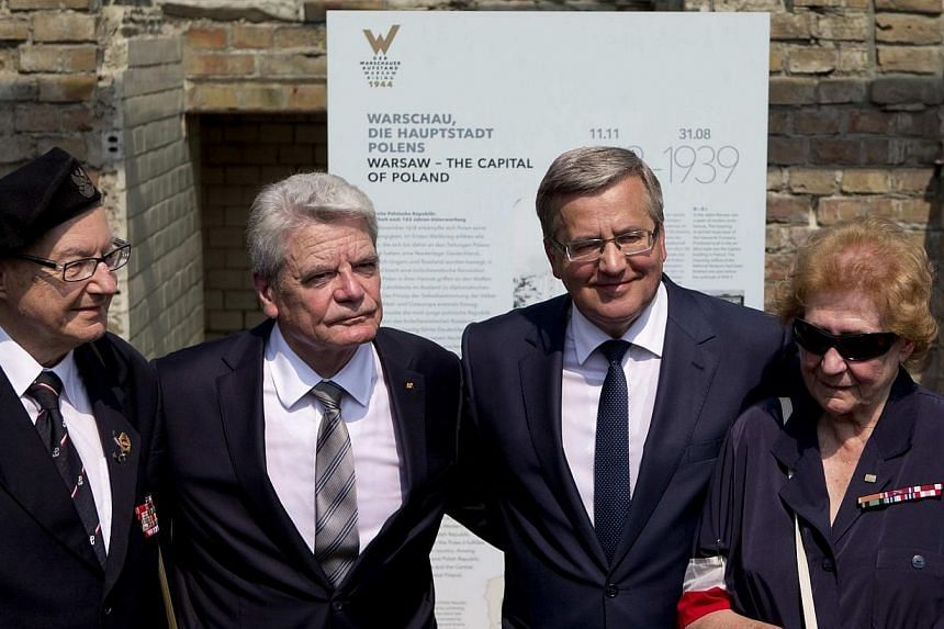 German President Joachim Gauck (2nd left) and his Polish counterpart Bronislaw Komorowski (2nd right) pose with veterans of the Warsaw Uprising during the opening July 29, 2014, of a Berlin exhibition about the uprising of the Polish resistance again