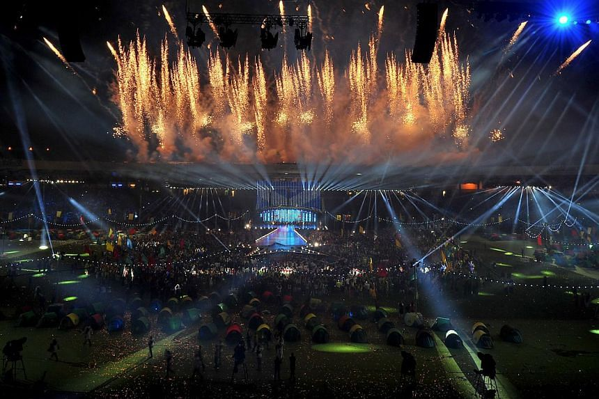Fireworks lighting up the sky during the closing ceremony of the 2014 Commonwealth Games at Hampden Park in Glasgow, Scotland, on Aug 3, 2014.-- PHOTO: AFP