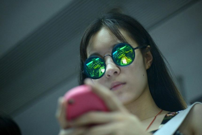 China will force real-name registrations on users of instant messaging tools and require public accounts wishing to publish or reprint political news to seek prior approval, state media said on Thursday. -- PHOTO: AFP