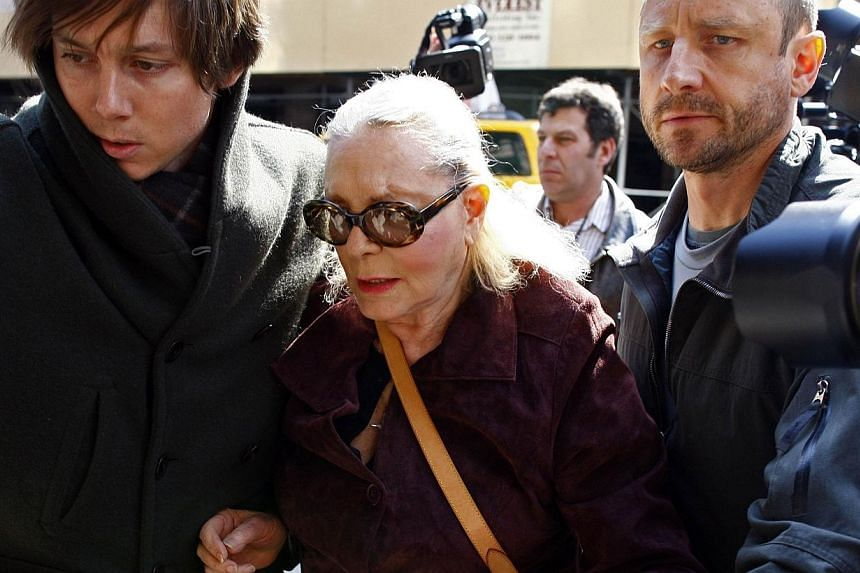 Actress Lauren Bacall (centre) arrives at the Lenox Hill Hospital to visit actress Natasha Richardson in New York, in this file picture taken on March 18, 2009. -- PHOTO: REUTERS