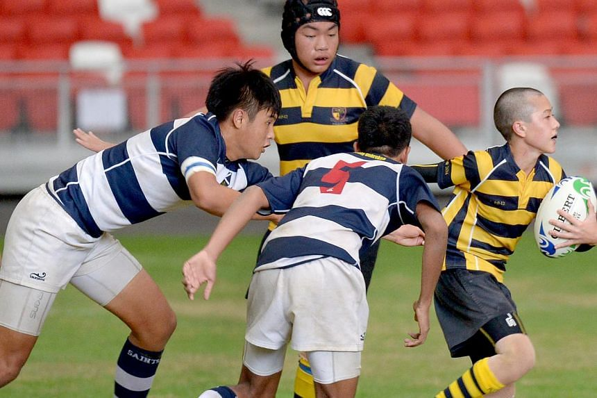 ACS(I)'s Matthew Robinson (right) pursued by opponents. -- ST PHOTO: LIM SIN THAI