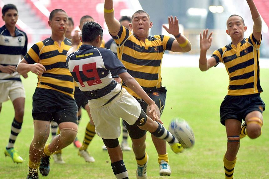 ACS(I) trying to keep the ball in Saints' half. -- ST PHOTO: LIM SIN THAI
