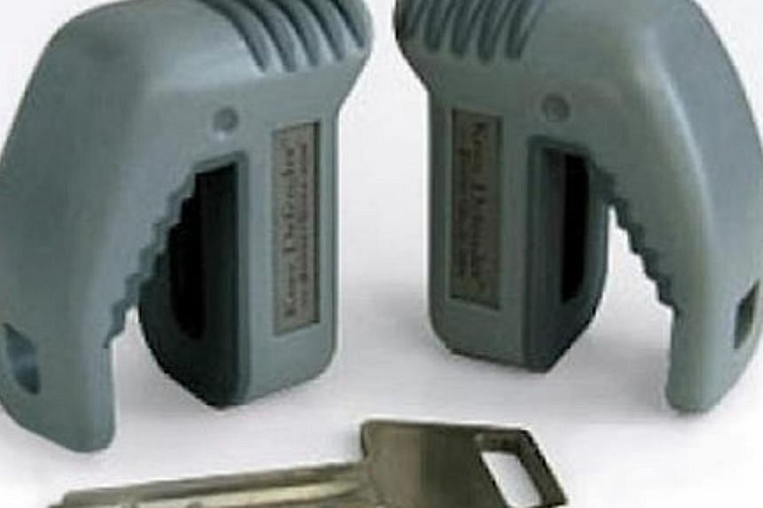 The Knee Defender, a set of plastic wedges that slip onto the legs of your tray table and physically prevent the seat in front of you from reclining. -- PHOTO:1.BP.BLOGSPOT.COM
