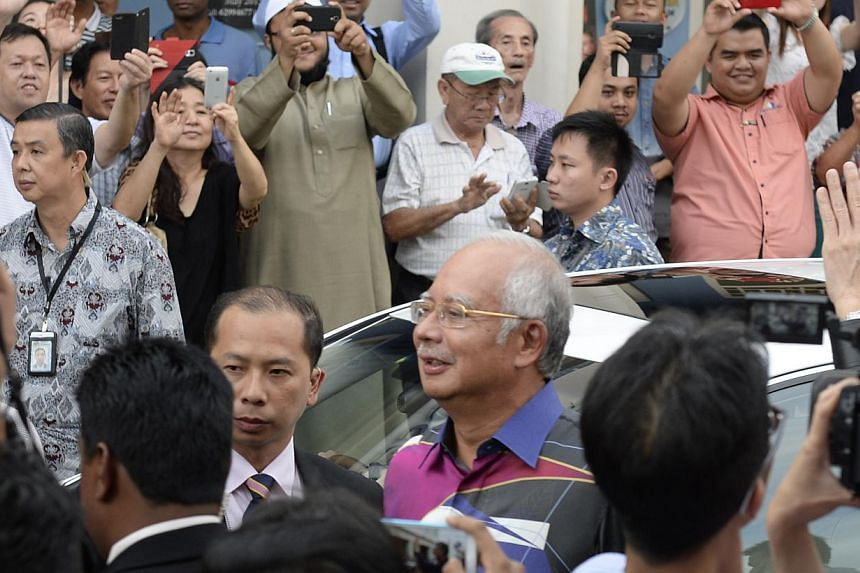People trying to snap pictures of Malaysian Prime Minister Najib Razak and Prime Minister Lee Hsien Loong at Sultan Gate. (Above) Malaysian Prime Minister Najib Razak at the Singapore Sports Hub with Prime Minister Lee Hsien Loong. The visit was foll