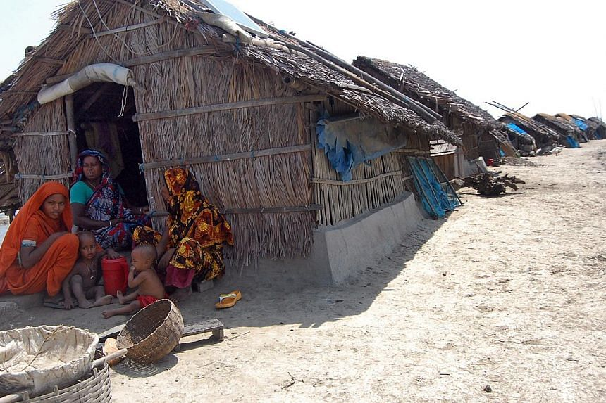 Displaced families from Lebubunia village in Bangladesh affected by the floods in 2009 continue to live in huts. -- PHOTO: ANN