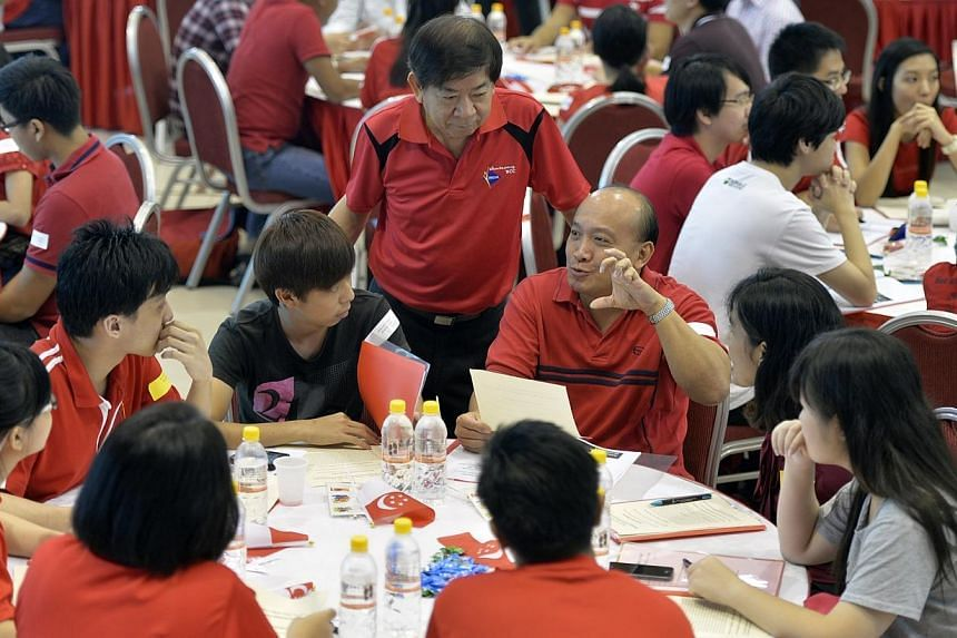 Minister for National Development Khaw Boon Wan mingling and listening intently during a group discussion before the post-National Day Rally dialogue for Sembawang GRC at the Woodlands Community Club on Sunday, Aug 31, 2014. -- ST PHOTO: DESMOND FOO