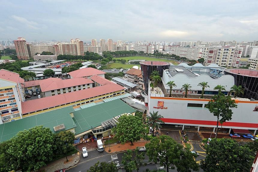 New loop service 324, which plies a route between Hougang and Upper Serangoon, will shuttle commuters to locations such as Hougang Mall, Kang Kar Mall and Cheng San Library. -- PHOTO: ST FILE
