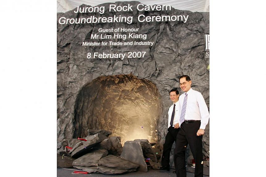 Trade and Industry Minister Lim Hng Kiang (right) officiating the groundbreaking ceremony for the Jurong Rock Caverns together with JTC chairman Soo Kok Leng. -- PHOTO: ZAOBAO