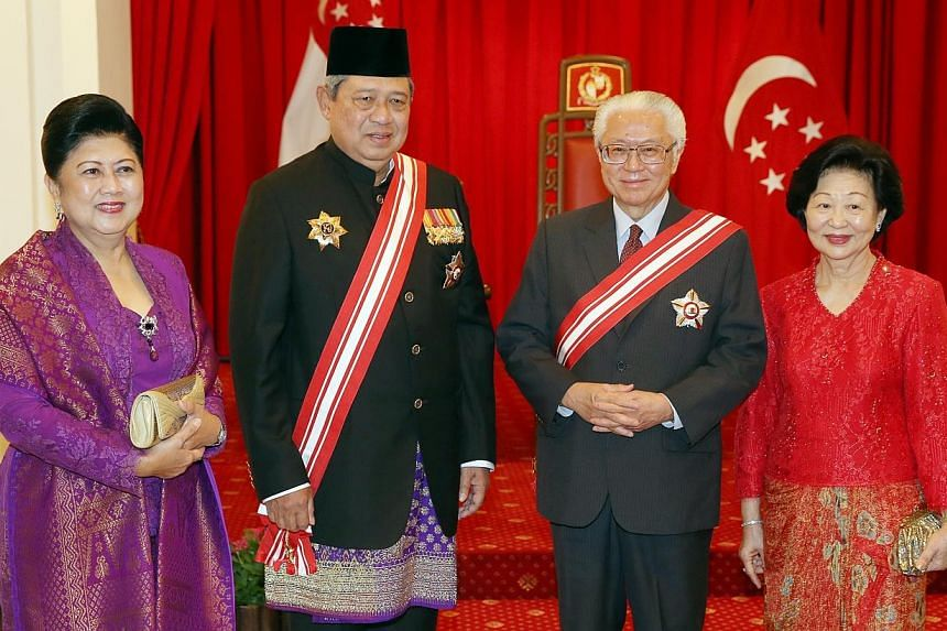 Indonesian President Susilo Bambang Yudhoyono (second from left) and his wife (left) Ani Bambang Yudhoyono, taking a group photo with President Tony Tan Keng Yam and Mrs Tony Tan after a ceremony where President Tony Tan conferred the Order of Temase