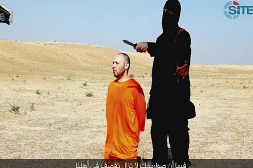 A still from a video purportedly showing US journalist Steven Sotloff kneeling next to a masked Islamic State (ISIS) fighter holding a knife in an unknown location.The video was released by ISIS on Sept 2, 2014. -- PHOTO: REUTERS