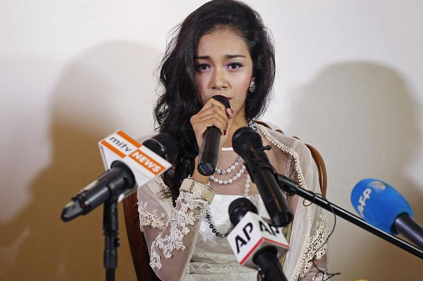 Dethroned beauty queen May Myat Noe gives a news conference at a restaurant in Yangon on Sept 2, 2014. -- PHOTO: REUTERS