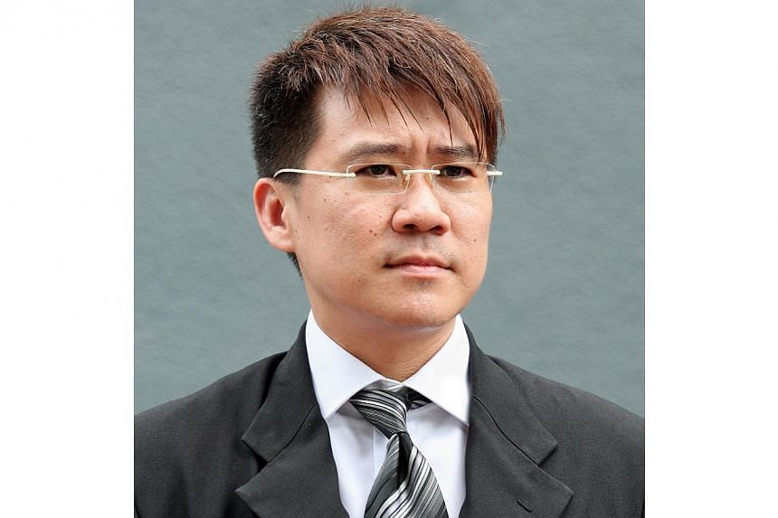 Disbarred lawyer Leonard Loo, who was struck off the rolls two years ago for misconduct, has been hauled to court for allegedly providing legal services to eight Chinese nationals. -- PHOTO: ST FILE