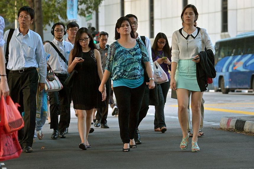 Office workers in the central business district (CBD). -- ST PHOTO:KUA CHEE SIONG