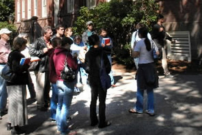 Prospective students and their parents visiting Harvard University. -- PHOTO :BLOOMBERG