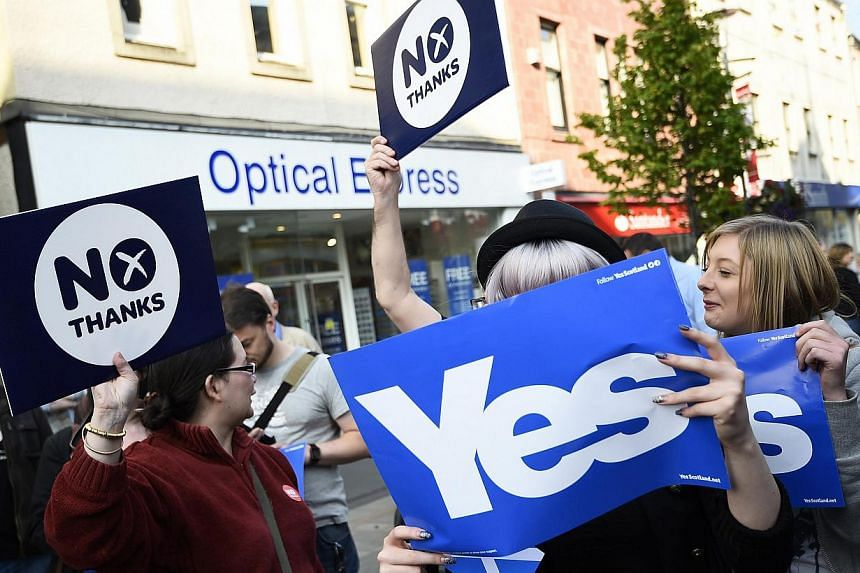 Yes and No voters argue as they wait for Scotland's First Minister Alex Salmond to do a walkabout in Perth, central Scotland. China, which is facing restiveness in its own far-flung regions of Tibet and Xinjiang, is also watching the debate with some