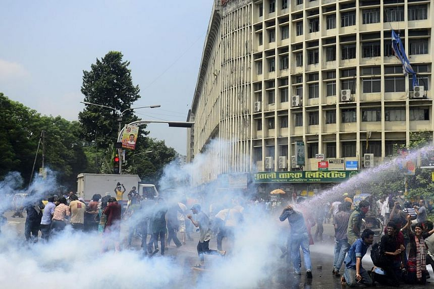 Bangladeshi police use teargas to try to break up a demonstration against a court ruling commuting the death sentence of Jamaat-e-Islami leader Delwar Hossain Sayedee in Dhaka on Sept 17, 2014. -- PHOTO: AFP