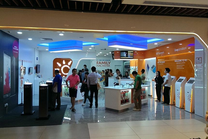 Telco M1 said a design flaw on its website that takes pre-orders for the new Apple iPhone 6 and 6 Plus resulted in one unauthorised access to customers' personal data. -- PHOTO: M1