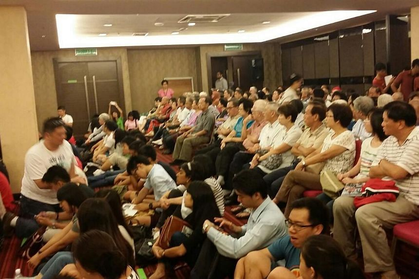 About 50 Singaporeans started to line up to get preferred seats an hour before the screening of a documentary film on Singapore's political exiles which cannot be shown in public or distributed in Singapore. --ST PHOTO: RACHEL AU-YONG