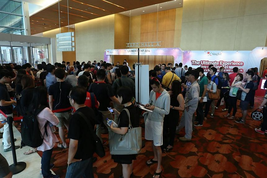 SingTel customers queue at the telco's iPhone 6 and 6 Plus launch event on Friday, Sept 19, 2014. --PHOTO: EDWARD TEO FOR THE STRAITS TIMES
