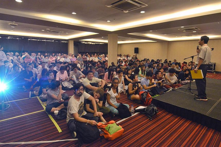 About 50 Singaporeans started to line up to get preferred seats an hour before the screening of a documentary film on Singapore's political exiles which cannot be shown in public or distributed in Singapore.-- ST PHOTO: LIM YAOHUI