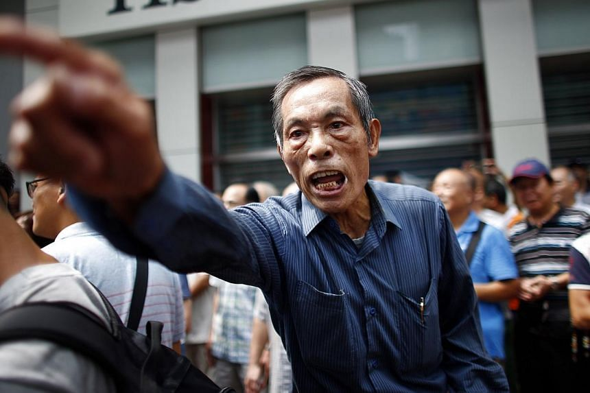 A Anti-Occupy Central protester argues with pro-democracy protesters on a main street in Hong Kong's Mongkok shopping district on Oct 4, 2014. -- PHOTO: REUTERS