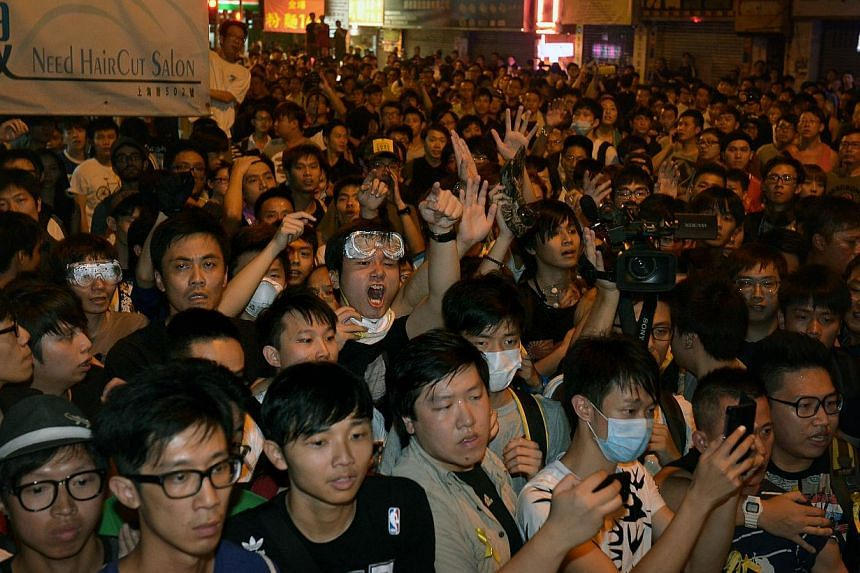 """The Singapore consulate in Hong Kong has issued an alert to Singaporeans in Hong Kong, calling on them to avoid areas with large number of protesters given the """"real risk of confrontation"""". -- ST PHOTO:KUA CHEE SIONG"""
