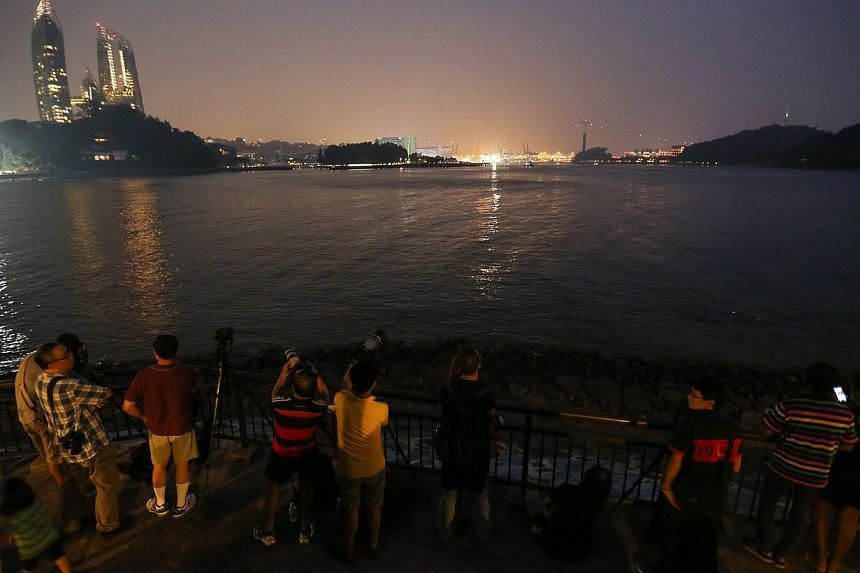 Crowd gathers to see the lunar eclipse from Labrador Park. -- ST PHOTO: ONG WEE JIN