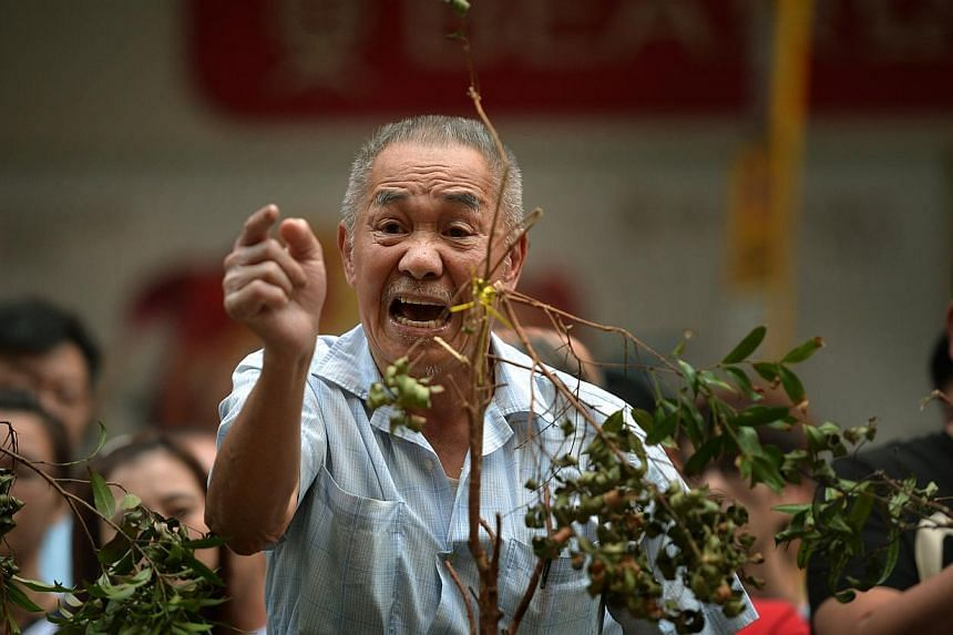 An elderly man shouting at protesters in Mong Kok on Oct 7, 2014. The mood in Mong Kok was calm on Monday although occasionally hecklers taunted protesters. -- ST PHOTO: KUA CHEE SIONG