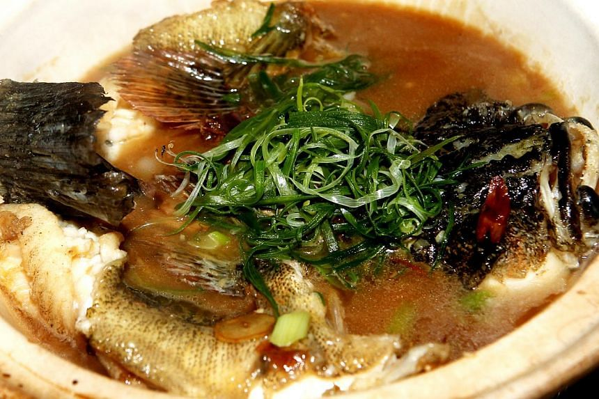 Live marble goby in claypot is a dish available at Boon Lay Raja Restaurant.-- PHOTO:SHIN MIN