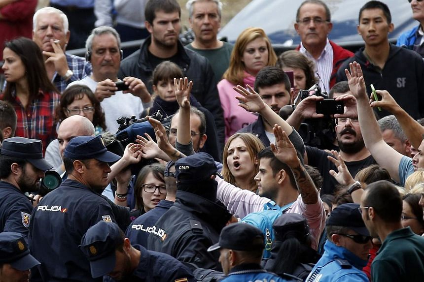 Spanish police block animal rights activists protesting outside the apartment building of the Spanish nurse who contracted Ebola in Alcorcon, outside Madrid, Oct 8, 2014. Madrid regional authorities said they would euthanise the nurse's dog Excalibur