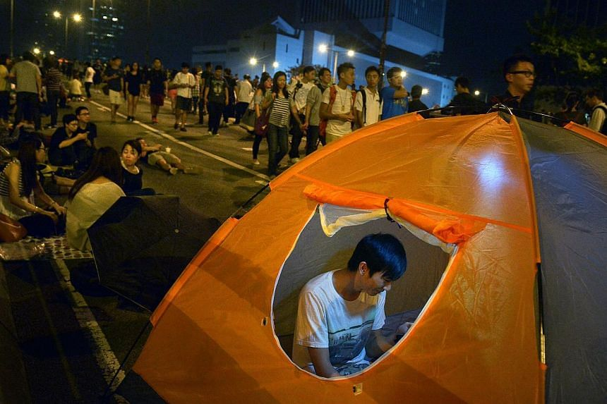 Protesters preparing to camp out overnight on the streets on Harcourt Road in Admiralty in the early hours of Saturday, Oct 11, 2014. -- ST PHOTO: KUA CHEE SIONG
