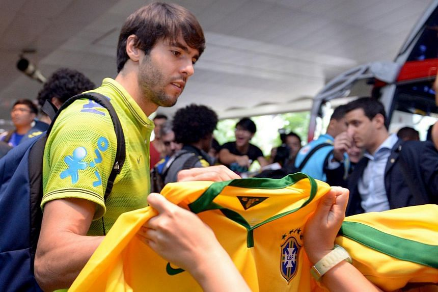 Kaka signing autographs for fans.-- ST PHOTO: LIM SIN THAI