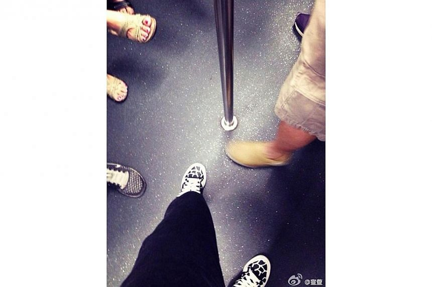 A photo posted by TV star Jessica Hsuan on social media site Weibo shows a grab pole on a train. -- PHOTO: JESSICA HSUAN'S WEIBO