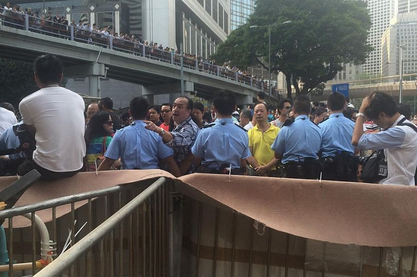 Anti-protesters scolding & calling students 'beasts' as the students refuse to open up the road. -- ST PHOTO: LI XUEYING