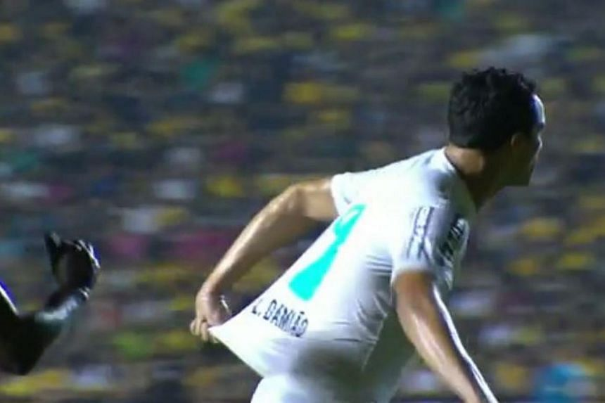 Santos FC striker Leandro Damiao was caught on camera pulling his own shirt in an effort to win a penalty. -- PHOTO: SCREENGRAB FROM YOUTUBE