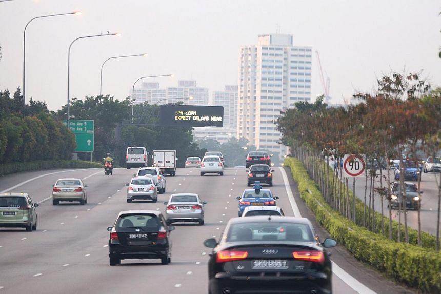 The traffic along the Central Expressway (CTE)  at 6.55am on Oct 14, 2014.  -- ST PHOTO: NEO XIAOBIN