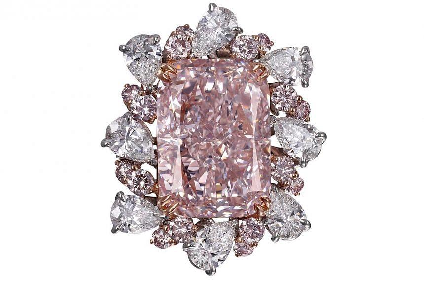 18K purplish pink diamond platinum ring surrounded by white diamonds (5.21cts). Jeweller: Glajz-Thg. Pavilion/Booth: Exquisite, Booth EP111 Price: S$30,000,000.-- PHOTO: UBM MEDIA