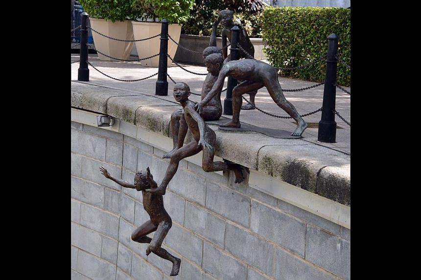 Chong Fah Cheong's bronze sculpture of boys jumping into the Singapore River.