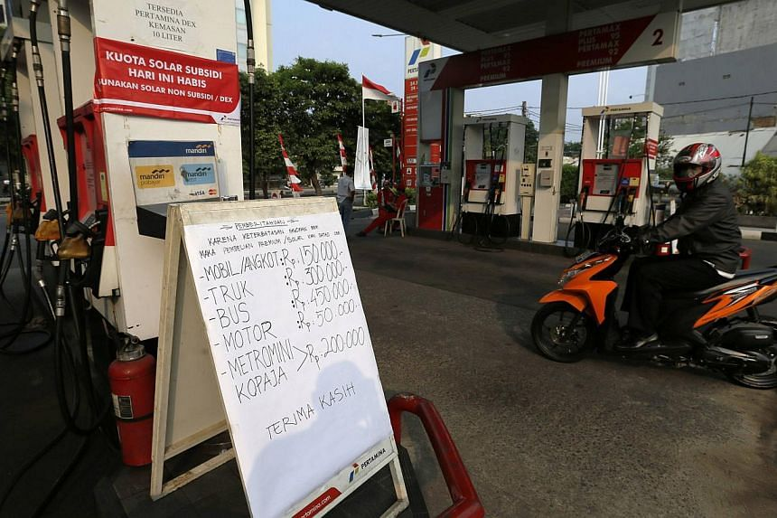 A motorist riding through an empty fuel station, as fuel subsidy runs out, in Jakarta, in this August 25, 2014 file photo. Indonesia's President-elect Joko Widodo plans to raise the price of subsidised gasoline and diesel by around 50 percent within