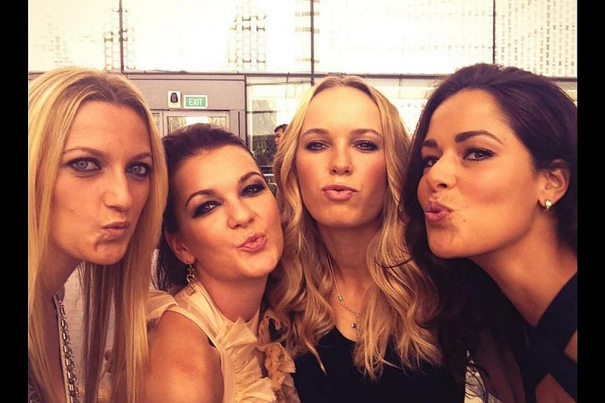 Kisses from Singapore ! @AnaIvanovic @Petra_Kvitova @ARadwanska