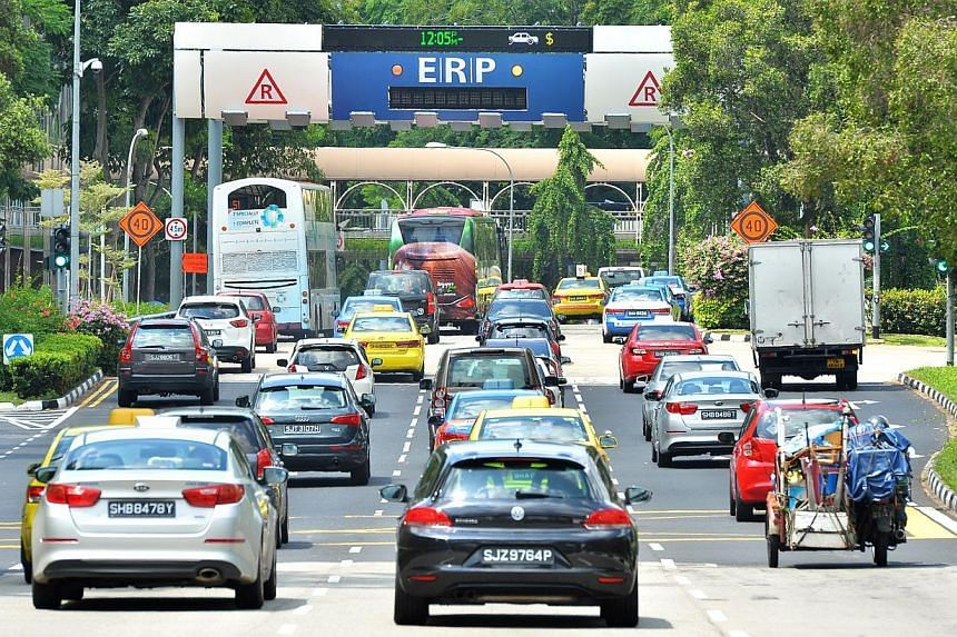 Vehicles heading towards the Electronic Road Pricing (ERP) gantry at Havelock Road on June 12, 2014. -- ST PHOTO: LIM YAOHUI
