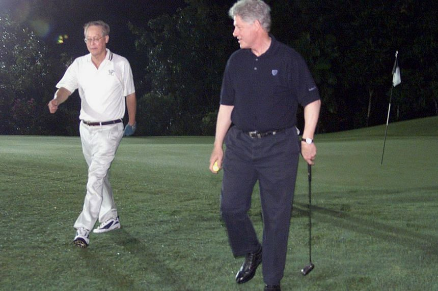 Former Prime Minister Goh Chok Tong (left) having a game of midnight golf with former President Bill Clinton in Brunei in 2000. -- PHOTO: LIANHE ZAOBAO