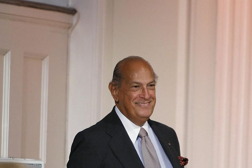 Designer Oscar De La Renta smiles to the crowd after his Spring 2010 show during New York Fashion Week on Sept 16, 2009. The legendary fashion designer, famous for the classic lines of his formal wear, has died at 82, United States media reported on